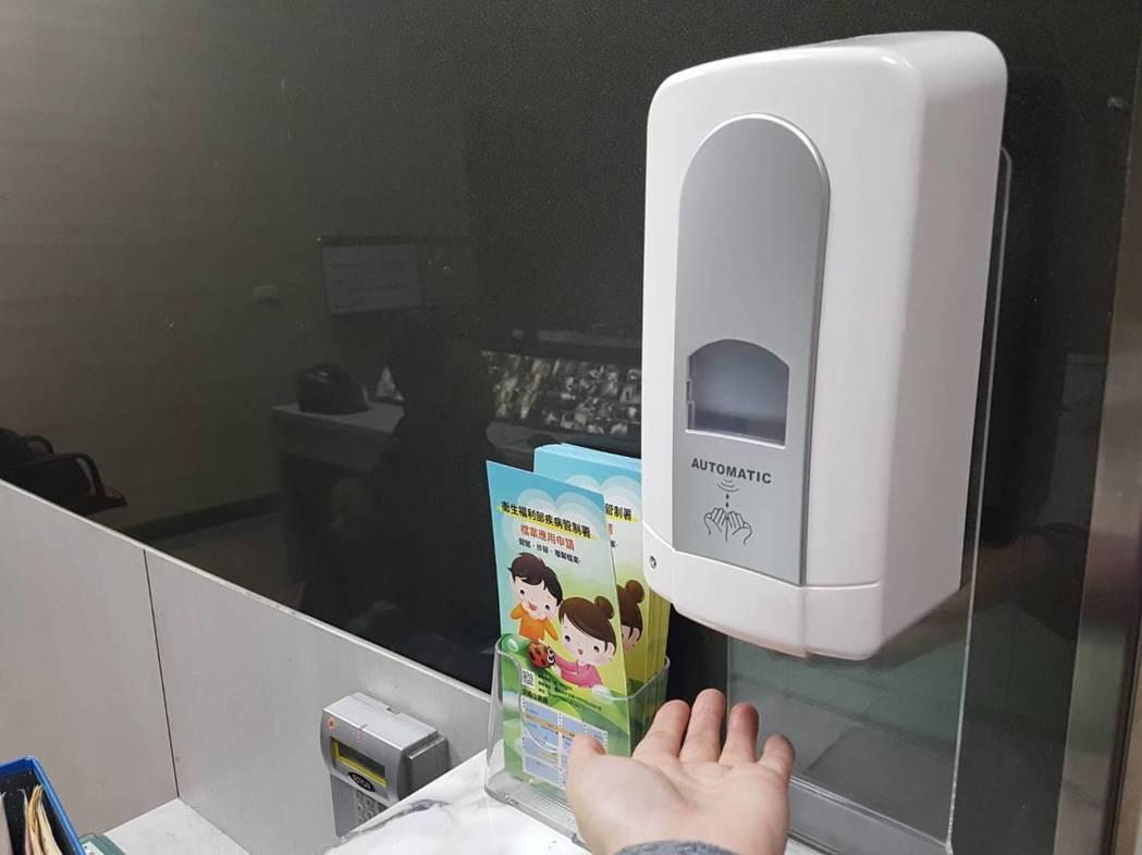 新冠肺炎疫情延燒,不少民眾近來常用酒精、或含酒精的乾洗手清潔雙手。記者楊雅棠/攝...