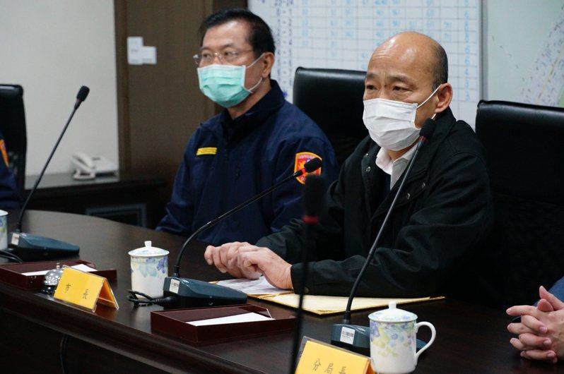 高雄市長韓國瑜(右)以數據佐證高雄市刑案發生件數有明顯下降,左為市警察局長李永癸。記者林伯驊/攝影