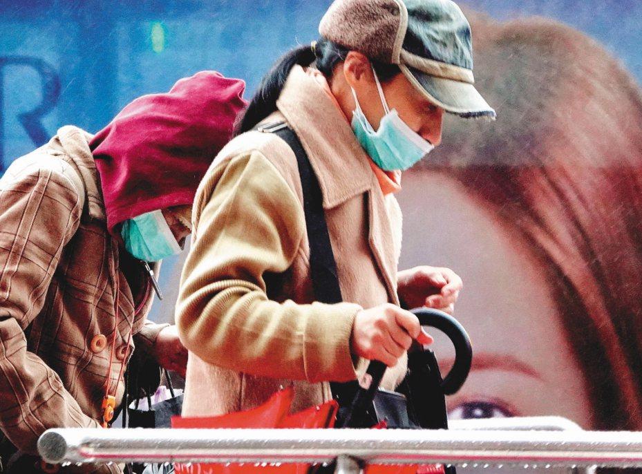 新冠肺炎確診個案再增,圖為民眾自保,上街都戴上口罩防護。圖/聯合報系資料照片