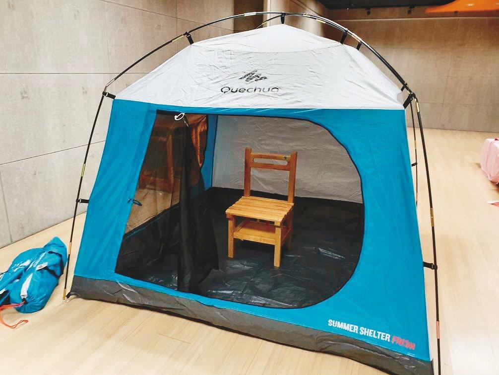桃園中山國小購置帳篷,提供給發燒學生隔離使用。 記者陳夢茹/攝影