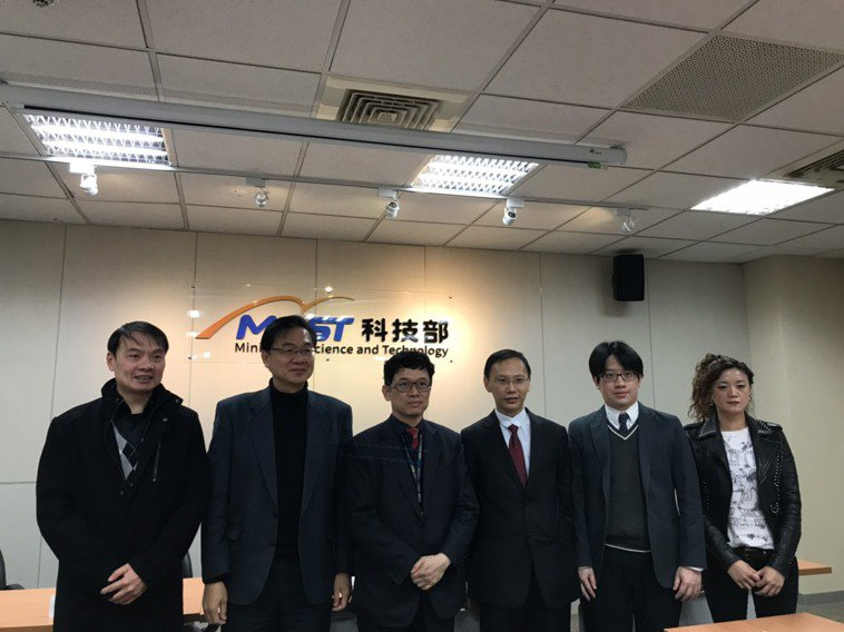 台大醫學院助理教授潘明楷(右3)與美國哥大合作,找出顫抖症病因與生物標記。記者潘...