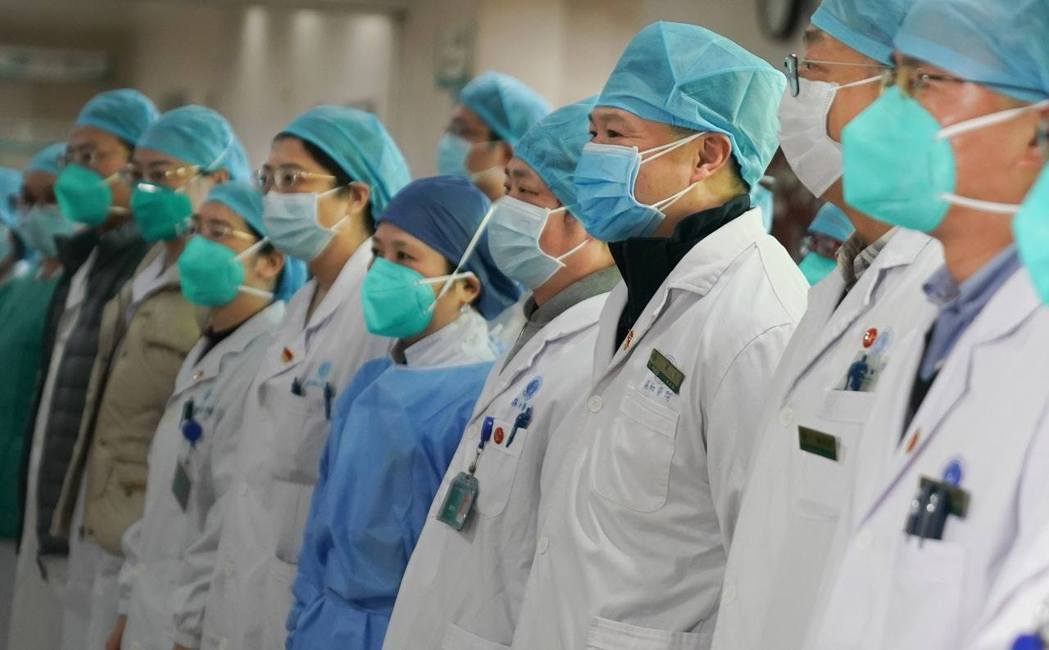 有大陸網友怒斥女護士被剃光頭,並反問:「為什麼派出去的男醫護,沒有同樣剃光頭?」...