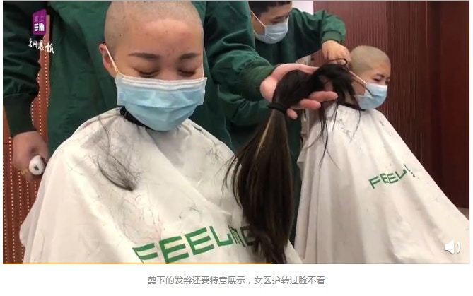 男理髮師將剪下的頭髮放到女護士的面前展示,對方轉過臉,閉眼不願看到,神情滿是憂傷...