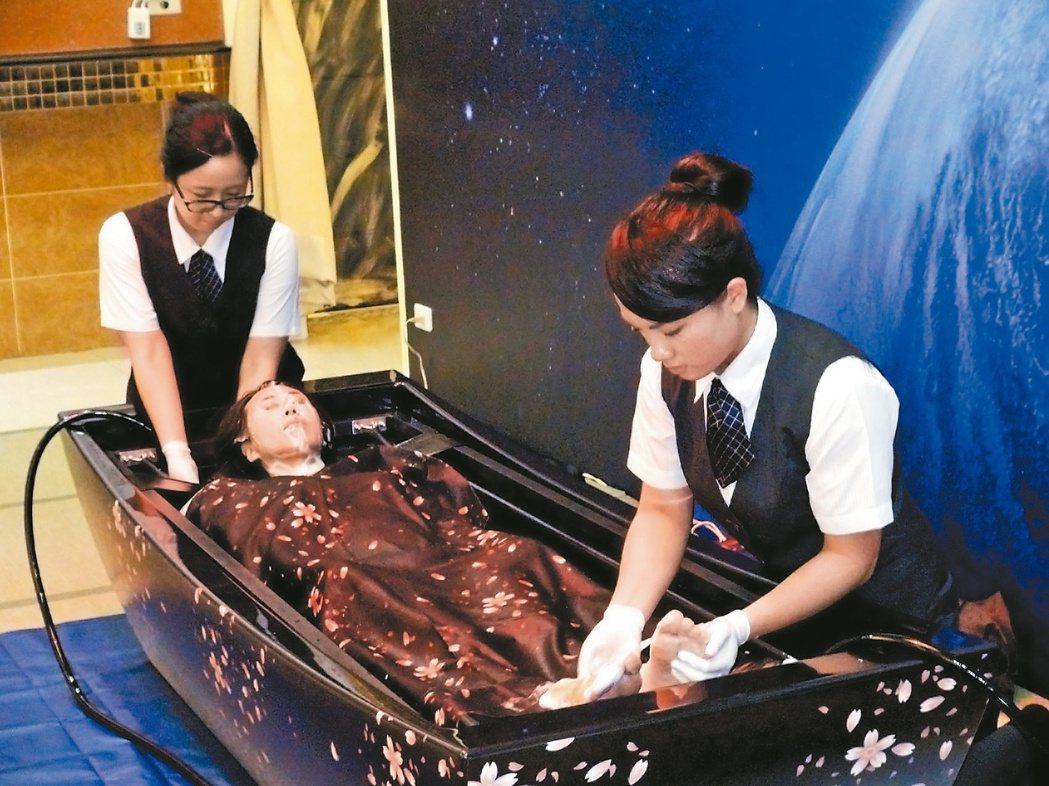 殯葬禮儀師要處理不同的遺體,圖為模擬清洗大體服務過程。 圖/聯合報系資料照片