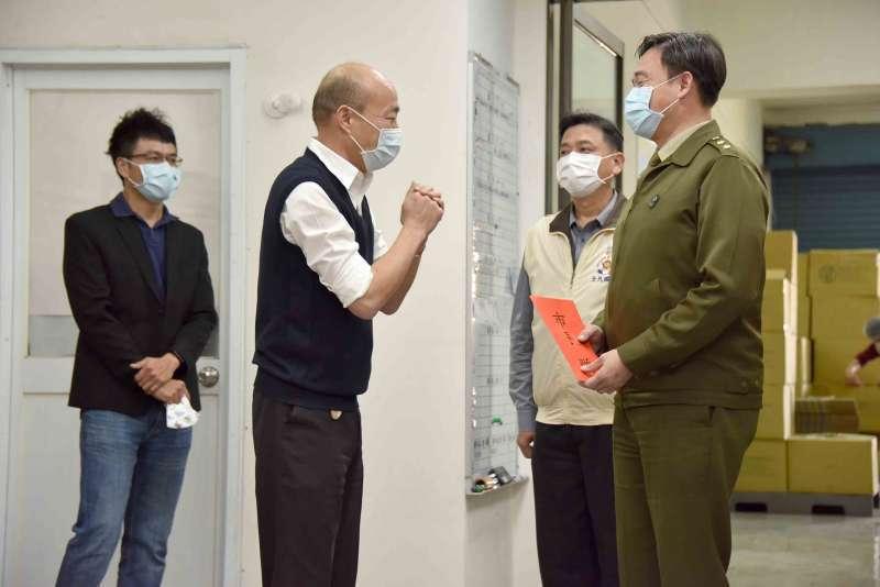 高雄市長韓國瑜(左二)視察口罩工廠,拱手感謝官兵支援。圖/高雄市政府提供