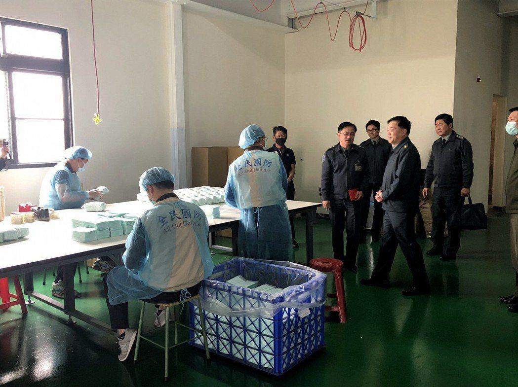 後備指揮部指揮官姜振中中將,到工廠視察官兵協助製造口罩。圖/引自昭惠實業官網