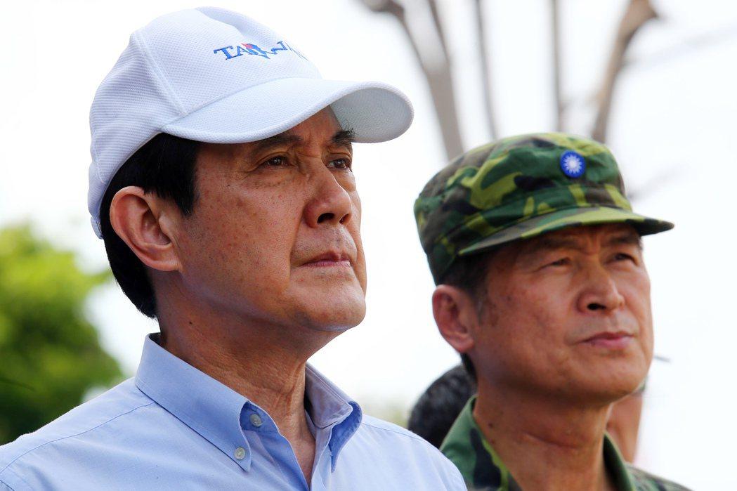前總統馬英九(左)任內多次出動國軍救災,圖為馬前總統與時任陸軍司令嚴德發(右)赴...