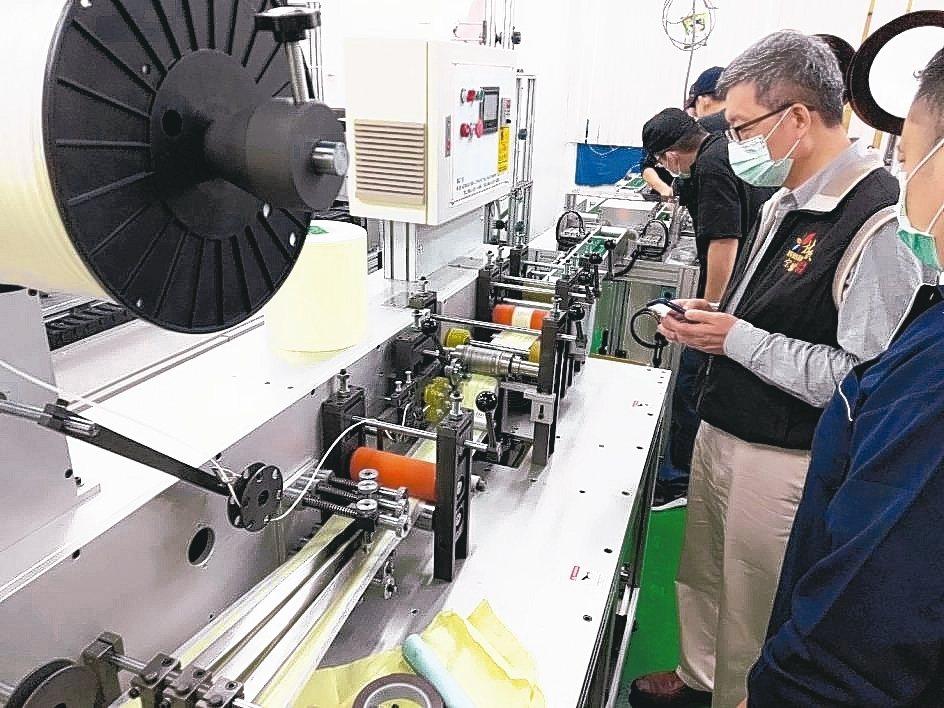 金屬中心執行長林秋豐(左)訪口罩生產廠,感謝同仁及廠商趕工辛勞。 金屬中心/提供