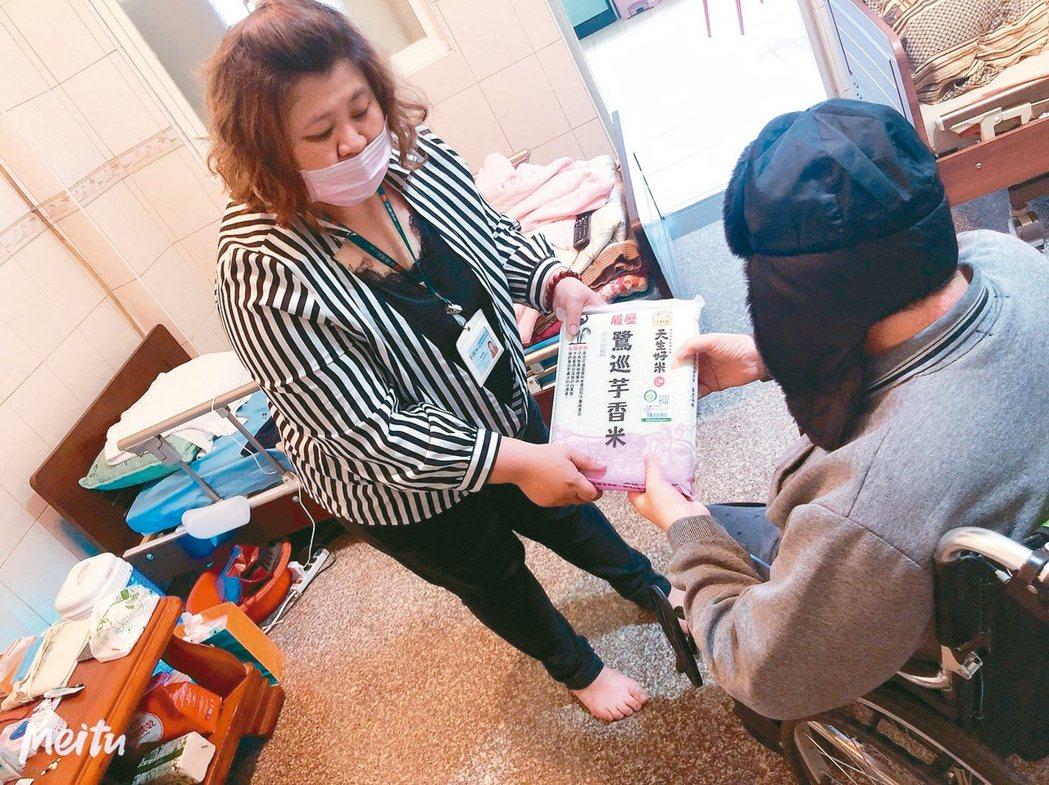 林依潔(左)常在假日跟著台灣人壽台東的同事四處探訪、關懷居老人,並贈送物資。 林...