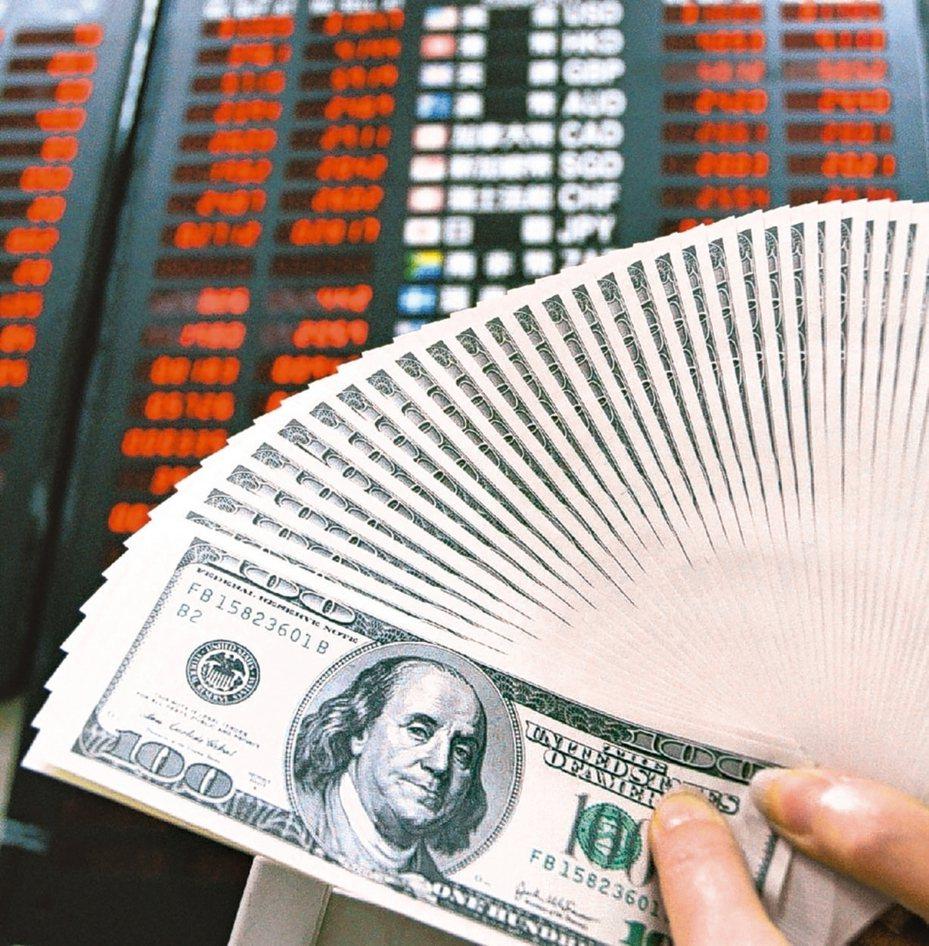 新冠肺炎疫情擴散持續蔓延,促使投資人大舉轉進美元避險,帶動DXY美元指數17日升抵99.18,再攀今年新高。但美元持續升值恐將為全球經濟帶來一個非常不友善的環境。 本報系資料庫