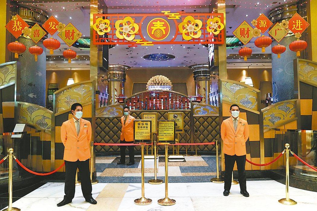 澳門博彩業者將從20日零時重新開放營業。 路透