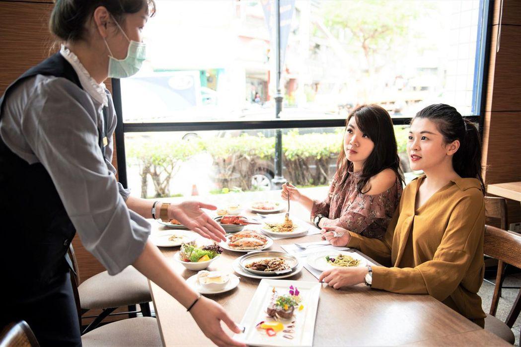 歐式自助餐現點現做料理,由服務人員送餐相當便利。  台南大飯店 提供