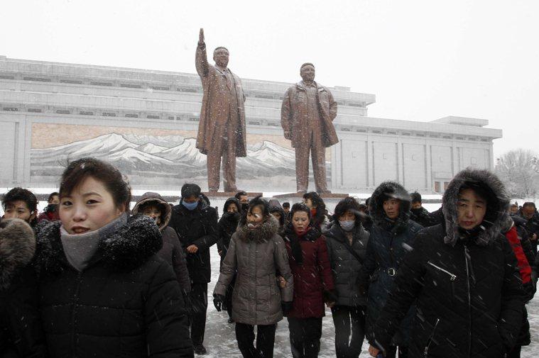 北韓缺乏醫療資源及人力,早早就要求所有自中國入境的民眾,都要隔離一個月之久,以防...