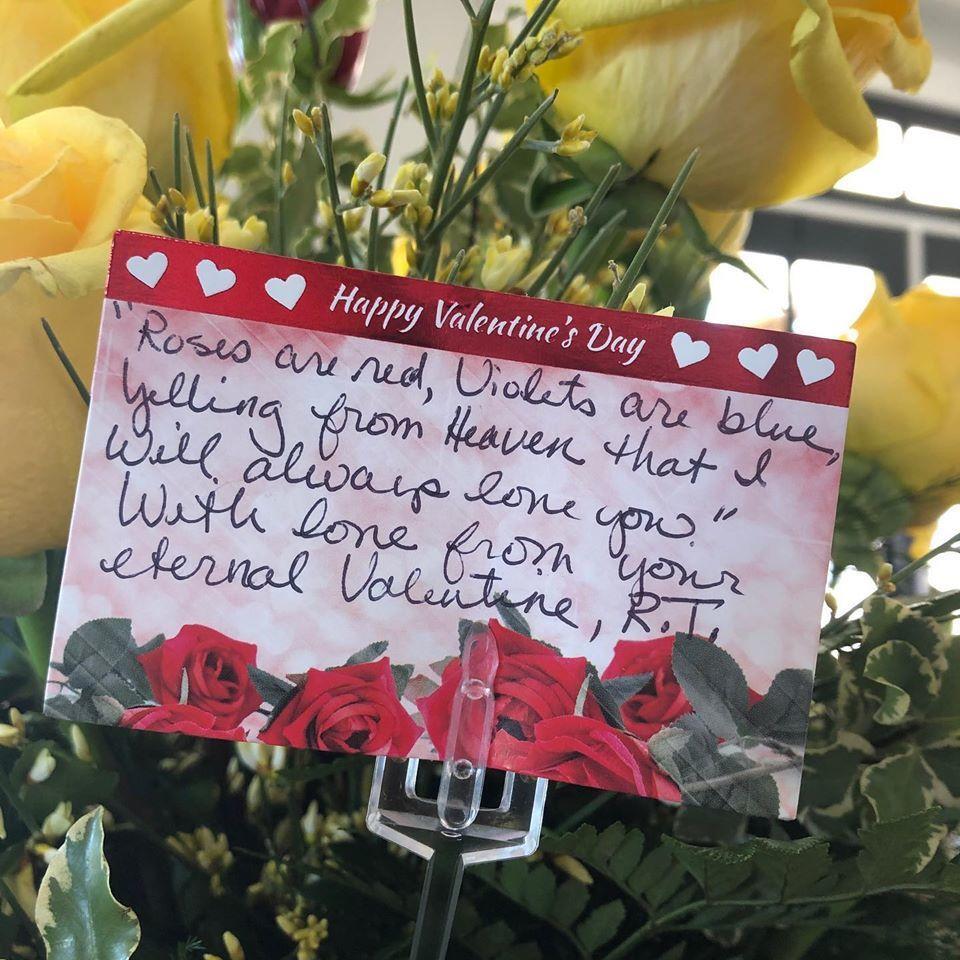 過世的蘭迪為妻子黛比所準備的花束,附上他所寫的打油詩。圖/Facebook