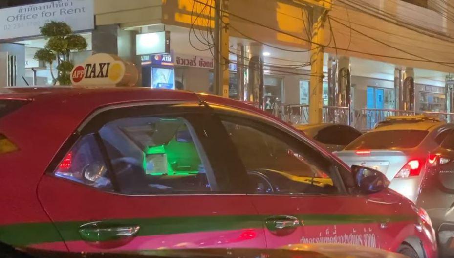 一位泰國網友13日在臉書貼出影片,影片中一輛計程車不停震動,畫面引起許多人注意。圖/取自Book Chaoguay臉書