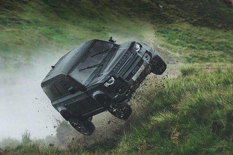 影/無堅不摧?Land Rover公布Defender在「007:生死交戰」中的誇張花絮
