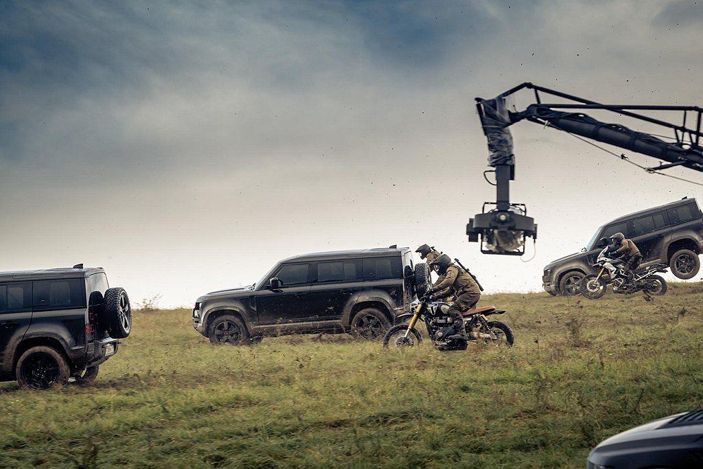 新Land Rover Defender不僅在「007:生死交戰」電影中跳躍、翻...