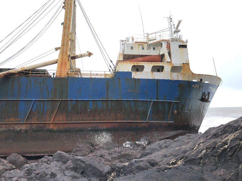 在海上漂流一年半的坦尚尼亞籍幽靈船,上週在愛爾蘭南岸擱淺。圖/Twitter