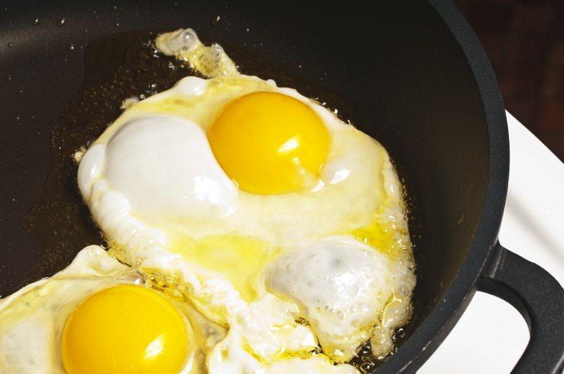 一名網友PO文提到,他發現早餐店老闆娘在煎蛋前會將雞蛋來回搖晃,這小動作讓他好奇的問道「這樣做會比較好吃嗎?」示意圖/ingimage