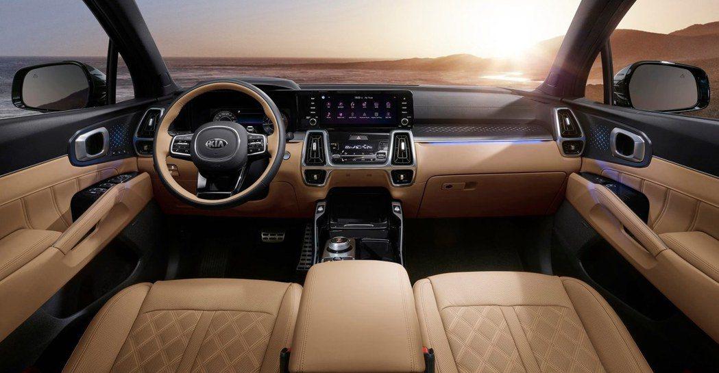 第四代Kia Sorento內裝使用了高級皮革坐椅、大尺寸螢幕與數位儀表,晉升為...