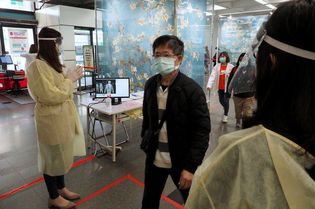 台北市一處醫院正在監測出入人員體溫。 圖/歐新社