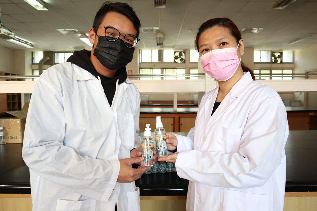 中臺科大同仁製作完成-茶樹乾洗手凝露。 中臺科大/提供。