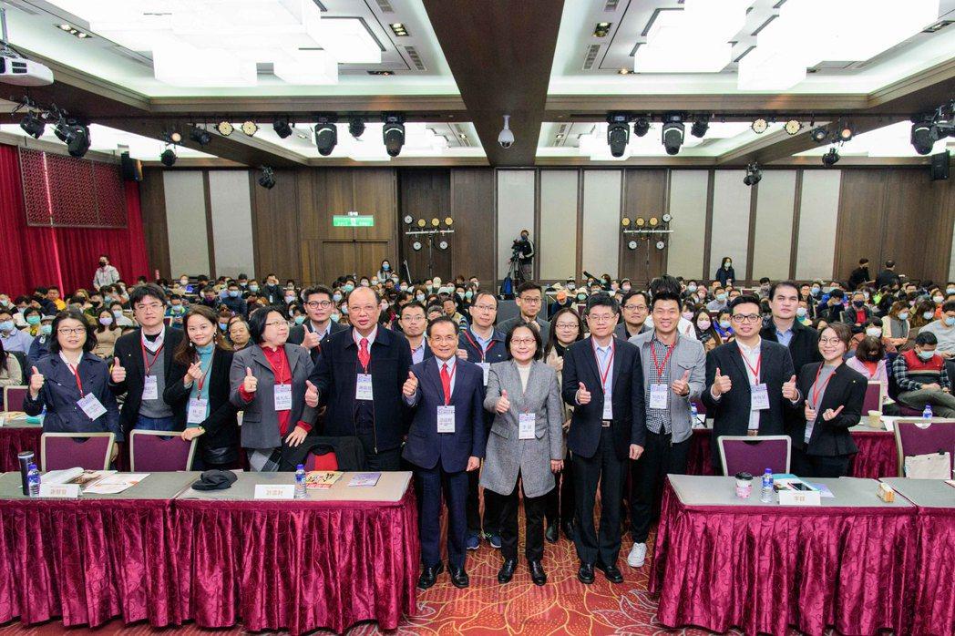 經濟部商業司今(18)日在臺大醫院國際會議中心舉辦「2020跨境電商趨勢論壇」,...