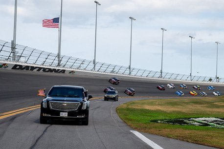 影/Daytona 500賽事首見!美國總統川普「The Beast」座駕,上賽道跑給大家看