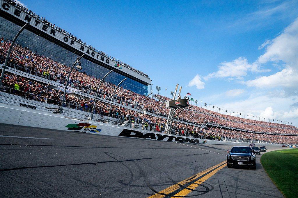 美國總統川普今年不僅擔任Daytona 500賽車開場嘉賓,送給現場車迷的開幕禮...