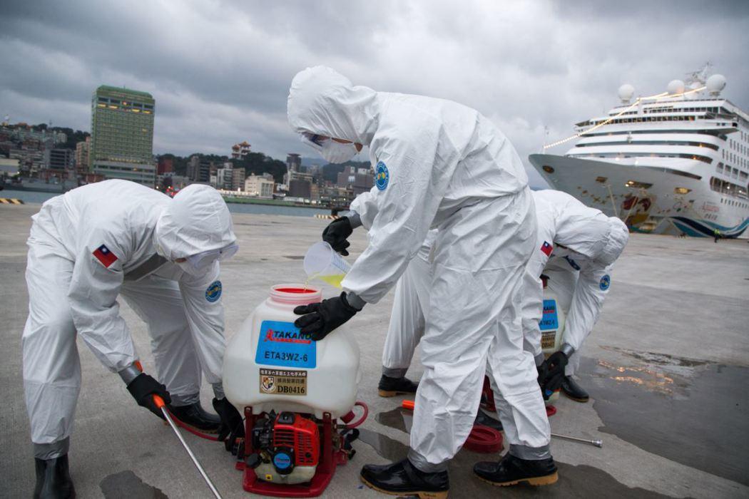 寶瓶星遊輪日前泊靠基隆港,陸軍化學兵群嚴陣以待。 圖/軍聞社
