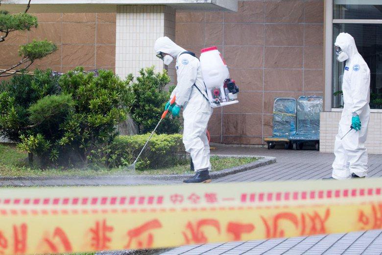陸軍六軍團33化學兵群19日前往台商團隔離住所消毒。 圖/國防部提供