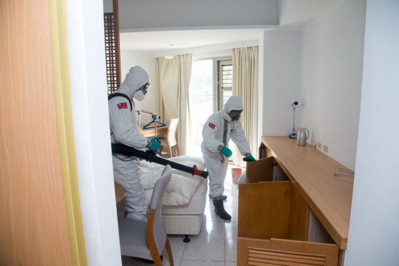 陸軍化學兵前往台商隔離處所消毒。 圖/國防部提供