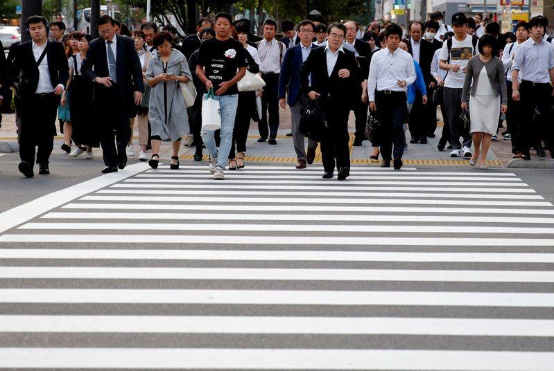 日本街頭的上班族。路透