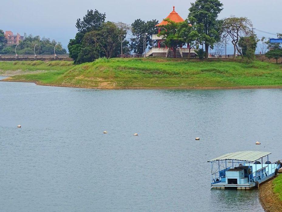 嘉義縣國立東石高中校長楊長鉿,清晨拍攝枯水期的蘭潭,有著特別的美感,船停靠岸邊。圖/取自楊長鉿臉書