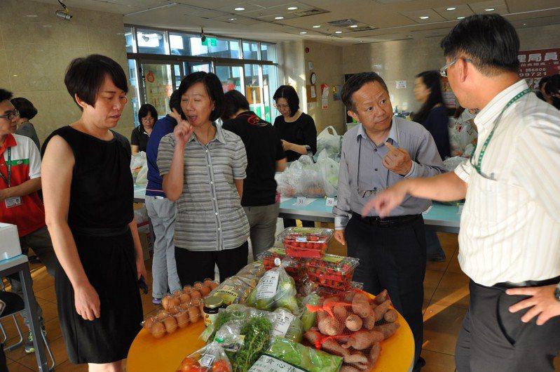 南科管理局鼓勵廠商與員工採購農民蔬果。圖/科管局提供