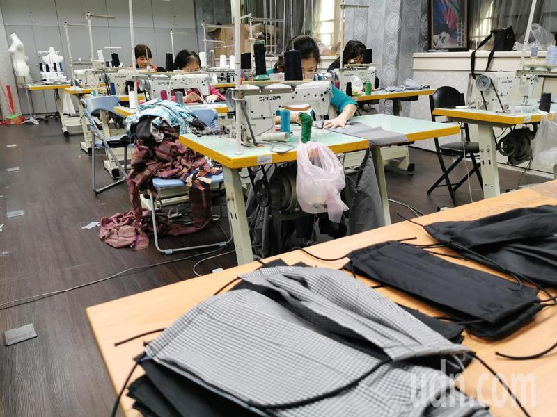 嘉義大同技術學院時尚造型設計系師生,昨天開始製作環保雙層布口罩。記者卜敏正/攝影