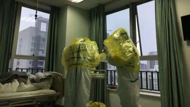 由於沒有護目鏡,武漢市中心醫院後湖院區的醫護人員只能用塑膠袋作為代替。 圖/取自...