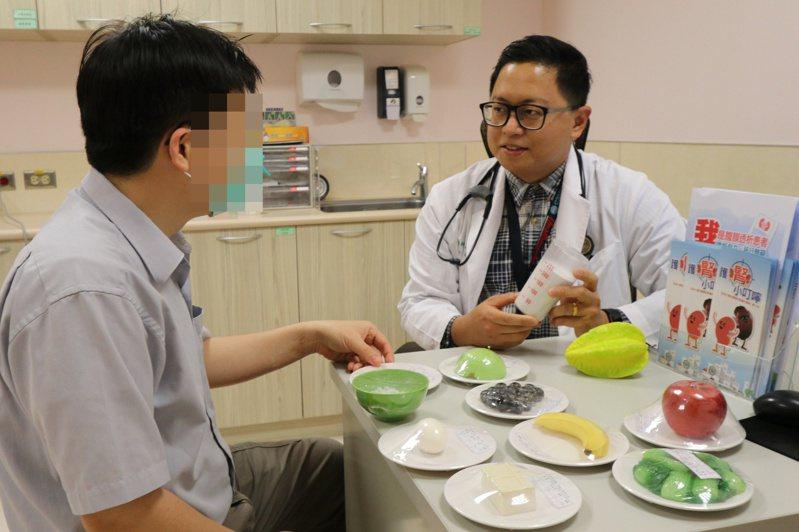 亞洲大學附屬醫院腎臟科醫師李其育說,未控制好高血壓、肥胖、高血脂、高尿酸併痛風、頻繁使用止痛藥、喝酒、喜好高鹽、高磷食物等都是造成腎衰竭的危險因子。圖/亞洲大學附屬醫院提供