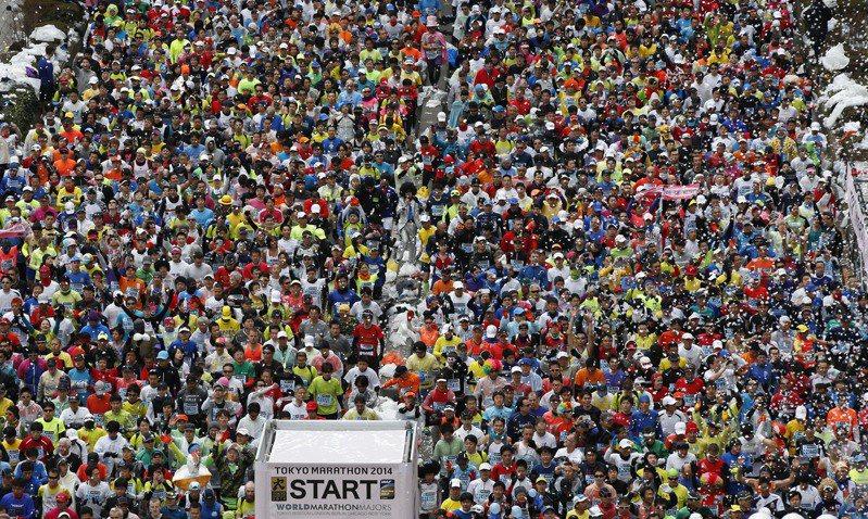 東京宣布2020年東京馬拉松僅舉辦菁英賽賽事,取消3萬8000人參與的一般跑者組別圖為2014年東京馬拉松現場。美聯社