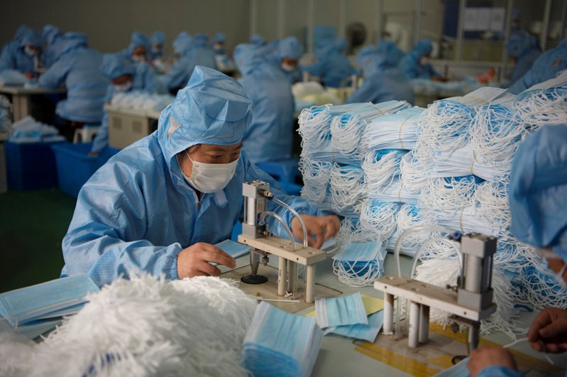鄧白氏的新報告估計,新冠肺炎疫情可能衝擊全球500萬家企業。圖為大陸口罩工廠。路透