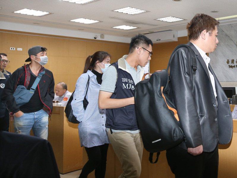 瑞傑國際地產公司涉嫌非法吸金4億多元,台北地檢署今偵結起訴。本名陳伯偉藝名「成潤」的本土劇演員(左戴帽者)與其他幹部去年10月被帶回北檢偵訊。本報資料照片