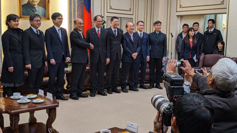 立院周五開議,行政院長蘇貞昌(左四)上午拜會立法院長游錫堃(左五),並陸續拜會各黨團。記者蔡佩芳/攝影。