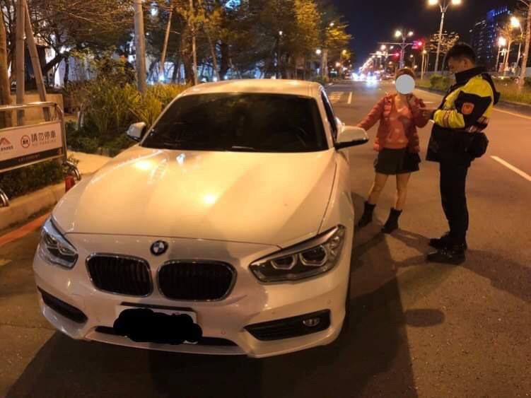晚上開車時,若沒開啟頭燈或是忘記開啟,會造成他人無法看見未開啟頭燈的汽機車。圖/新竹縣警局提供