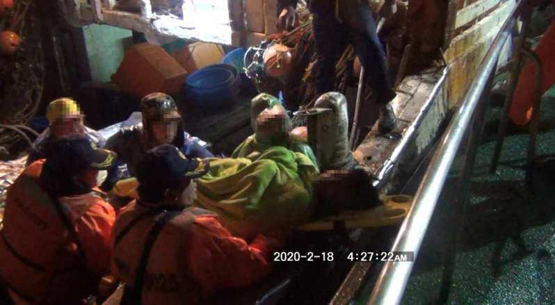 印尼籍船員在安平外海作業骨折,台南海巡隊人員救援送醫。記者黃宣翰/翻攝