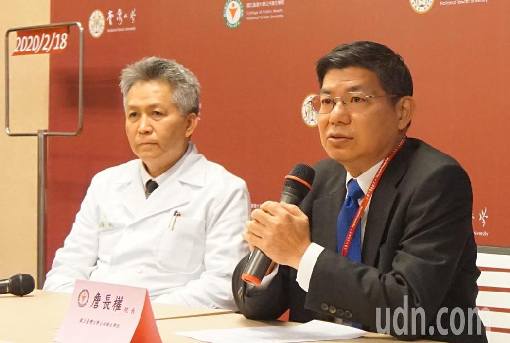 台灣大學公共衛生學院今日召開抗新冠肺炎說明會,蘇大成教授(左起)與詹長權教授出席...