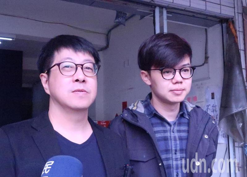 Wecare高雄發起人尹立(左)與台灣基進新聞輿情部副主任張博洋(右)表示,威脅要燒總部、可能毀損連署書的作為,已經明顯違反選罷法,另外也涉嫌違反刑法,已報警處理。記者徐如宜/攝影