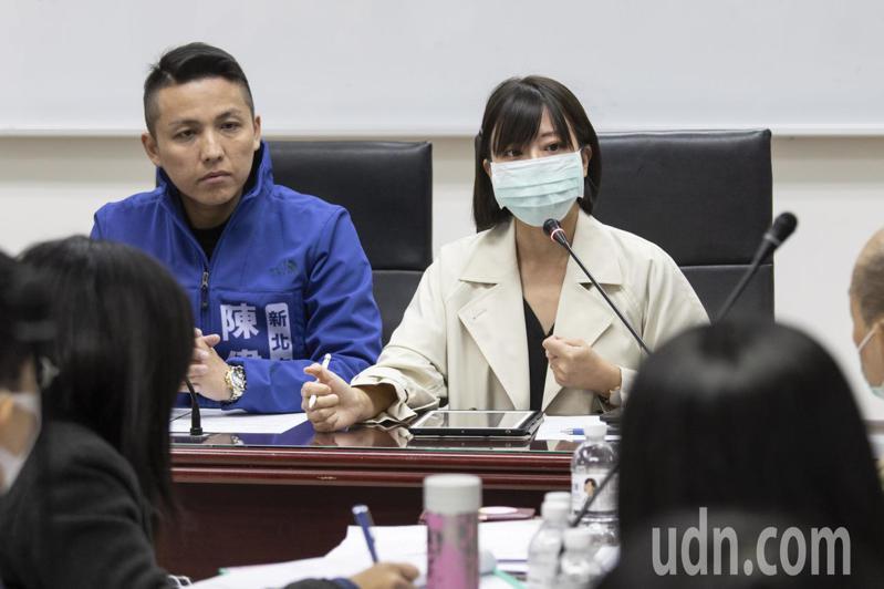新北市議員江怡臻(右)說,若不幸班上出現新冠肺炎確診案例,相關題班停課該如何進行,事後是否能進行補班、補課。記者王敏旭/攝影