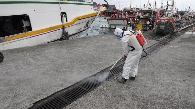 基隆區漁會今天在八斗子等漁港全面消毒,加強防疫。記者邱瑞杰/攝影