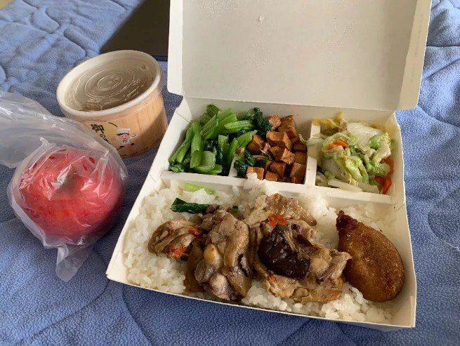 部落客威廉在網路上分享在彰化醫院負壓隔離病房的生活,院方協助代購食物。圖/擷取自...