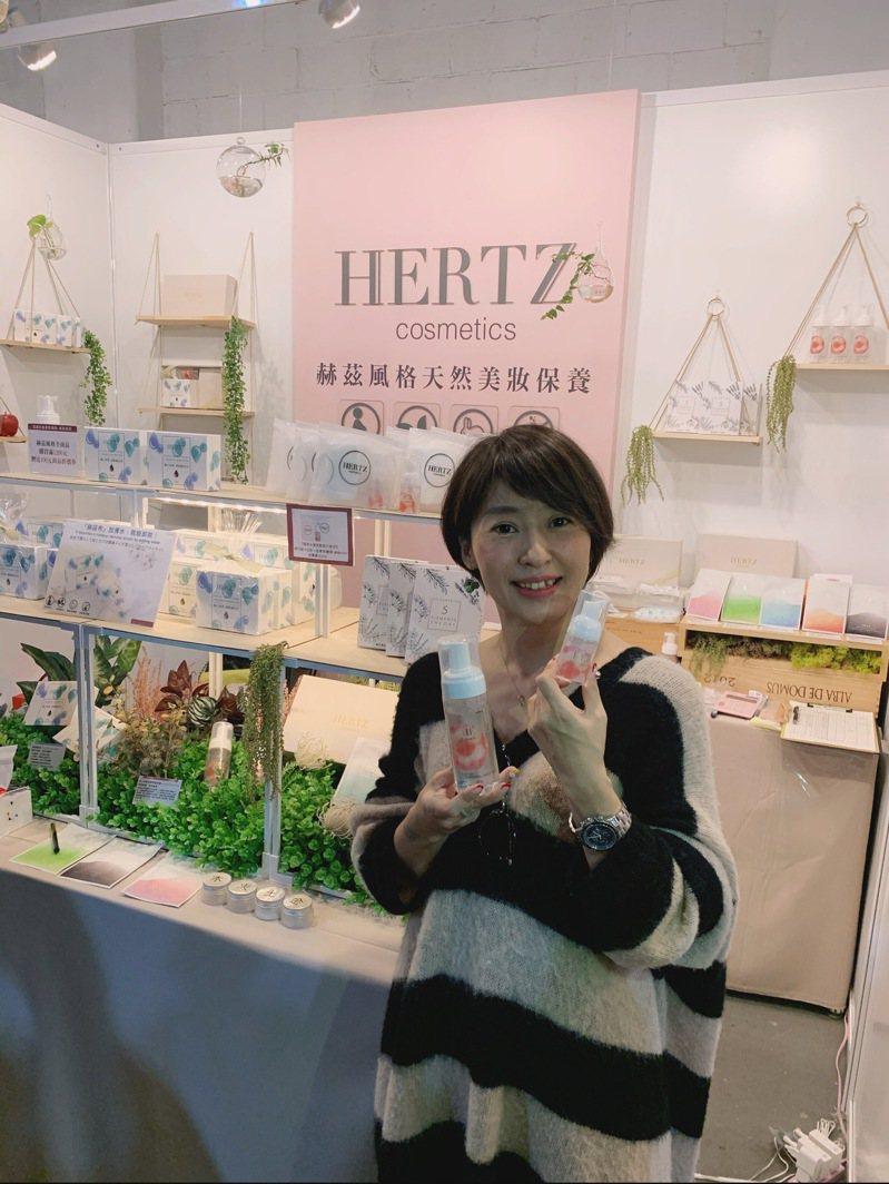 MIT品牌「赫茲風格」產品「蘋果精華泡洗顏」,邀日本美容專家外崎真由美合作監製,引進日本青森紅心蘋果精華,以保濕成份洗臉。業者/提供